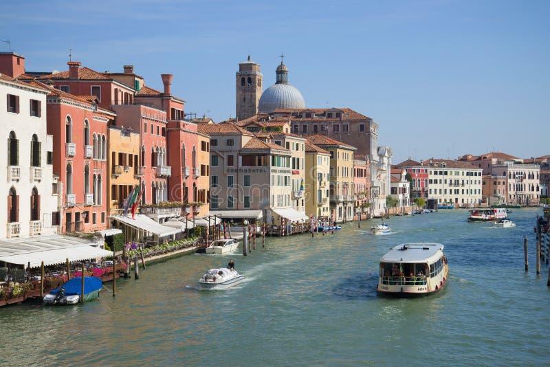Μεγάλο κανάλι σε ένα ηλιόλουστο απόγευμα τοπίο Βενετός της Ιταλία&sigm στοκ εικόνες