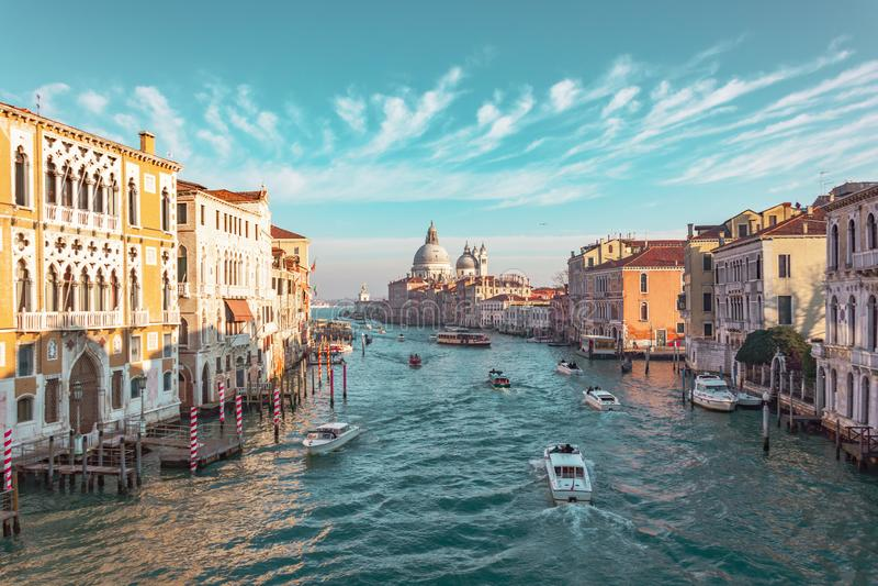 Μεγάλο κανάλι στη Βενετία, Ιταλία Άποψη του πανοράματος κεντρικών δρόμων της σημαντικότερης οδού της Βενετίας, γραφικά σύννεφα στ στοκ φωτογραφία με δικαίωμα ελεύθερης χρήσης