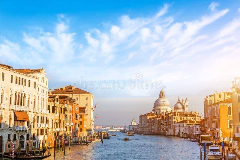 Μεγάλο κανάλι στη Βενετία, Ιταλία Όμορφα γραφικά σύννεφα στον ουρανό basilica della Di Μαρία santa χαιρετισμού στοκ φωτογραφία με δικαίωμα ελεύθερης χρήσης