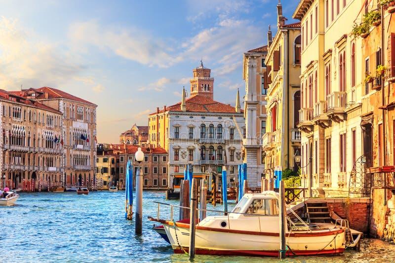 Μεγάλο κανάλι στη Βενετία με τα παραδοσιακά παλάτια, τις αποβάθρες και το BO του στοκ εικόνες