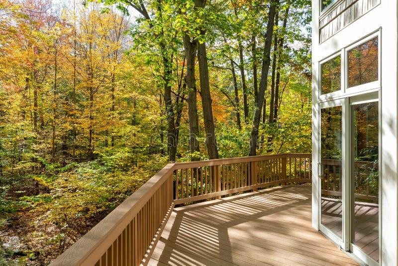 Μεγάλο κατάστρωμα στο σπίτι στο δάσος στοκ εικόνες με δικαίωμα ελεύθερης χρήσης
