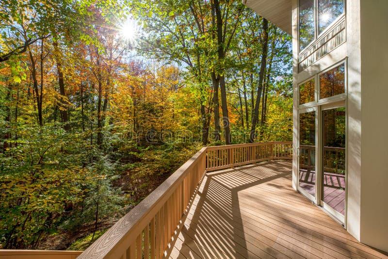 Μεγάλο κατάστρωμα στο σπίτι στο δάσος στοκ εικόνες