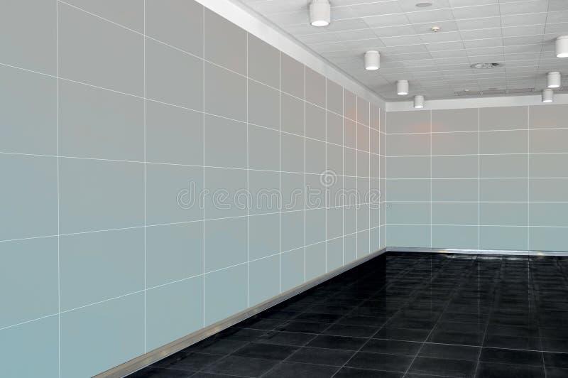 Μεγάλο κενό εσωτερικό δωματίων με τον ανοικτό γκρι τοίχο, whire ανώτατο όριο και στοκ φωτογραφίες