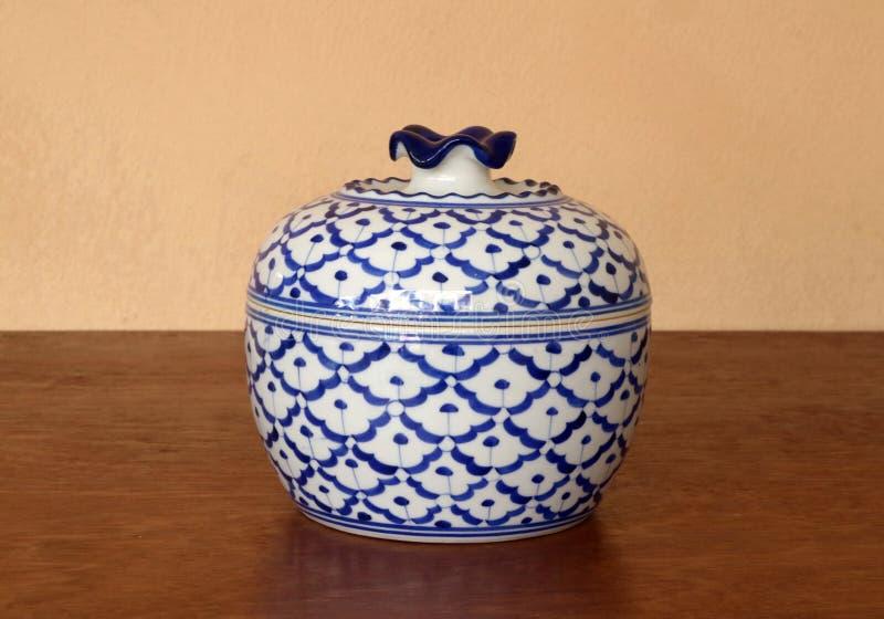 """Μεγάλο κεραμικό δευτερεύον άσπρο μπλε χρώμα  κύπελλων πιάτων """"pineapple pattern†που απομονώνεται στον ξύλινο πίνακα στοκ εικόνα"""