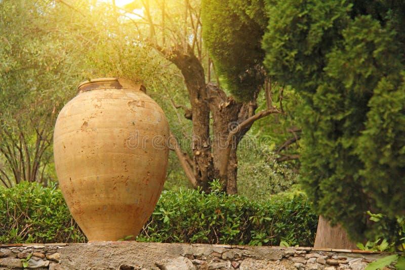 Μεγάλο κεραμικό δοχείο τερακότας στο πάρκο Βοτανικός κήπος Taormina Το νησί της Σικελίας, Ιταλία στοκ φωτογραφία με δικαίωμα ελεύθερης χρήσης