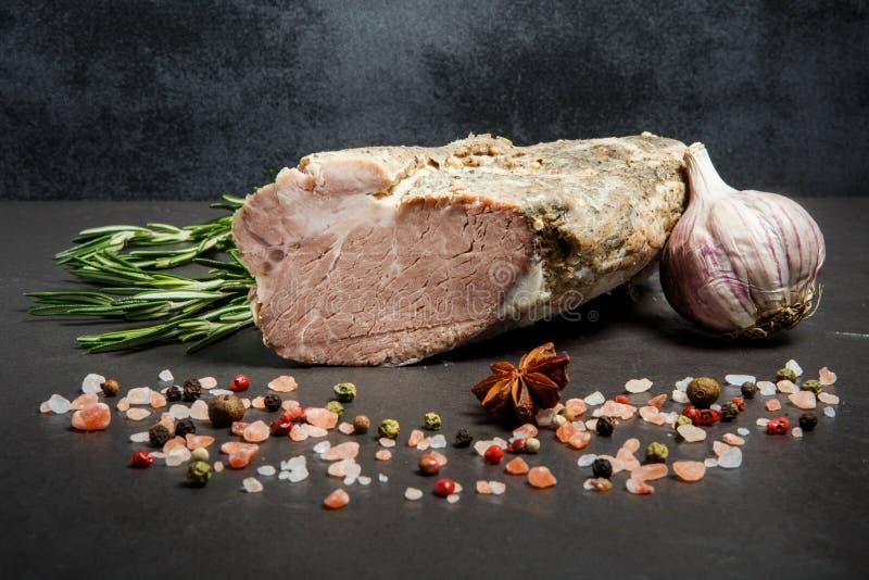 μεγάλο κομμάτι του καπνισμένου κρέατος με το άλας, τα καρυκεύματα, το δεντρολίβανο, και το σκόρδο στοκ εικόνες με δικαίωμα ελεύθερης χρήσης