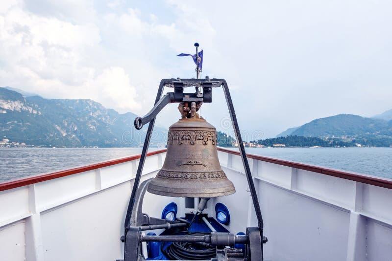 Μεγάλο κουδούνι μετάλλων στη βάρκα στοκ εικόνες