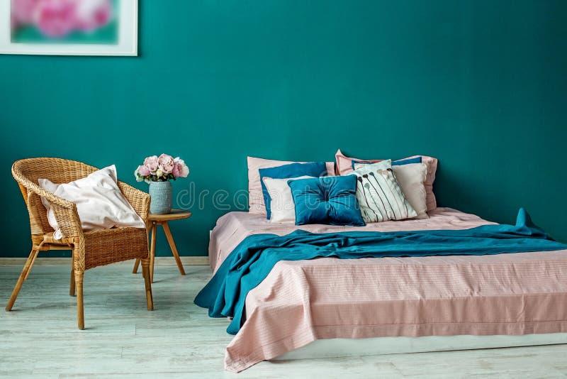 Μεγάλο κρεβάτι με τα μαξιλάρια στο πράσινο δωμάτιο Εσωτερικό έννοιας, δωμάτιο στοκ εικόνα με δικαίωμα ελεύθερης χρήσης