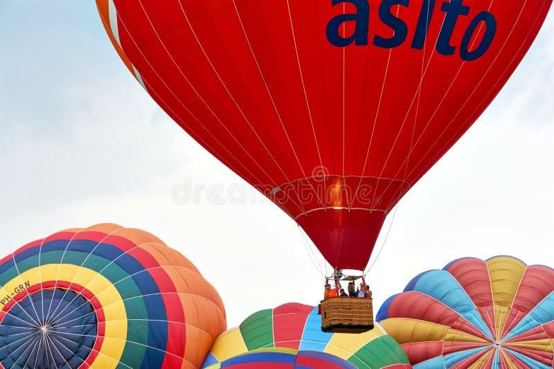 Μεγάλο κόκκινο - μπαλόνι ζεστού αέρα με το καλάθι και την αύξηση στοκ φωτογραφία
