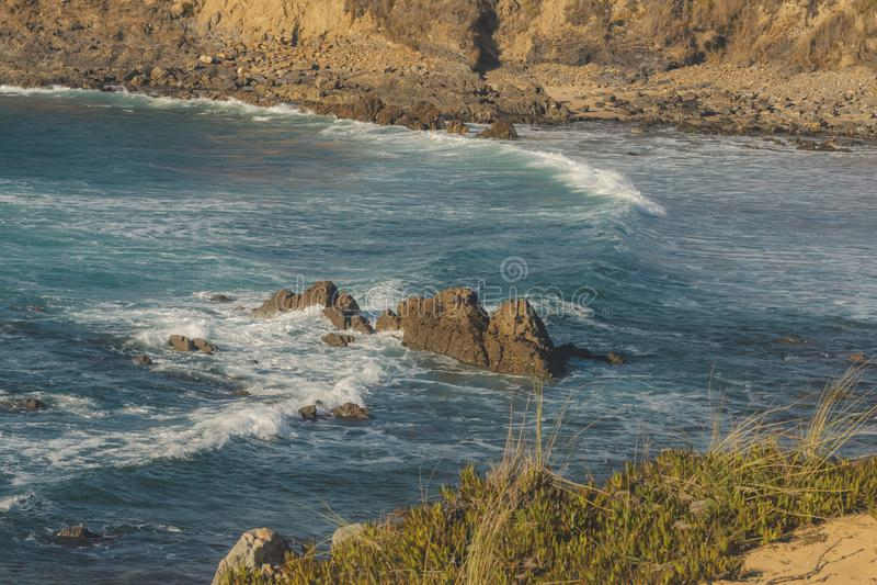 Μεγάλο κύμα που συντρίβει στο βράχο στην παραλία στοκ εικόνες με δικαίωμα ελεύθερης χρήσης