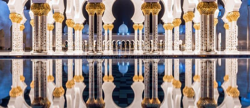 Μεγάλο μουσουλμανικό τέμενος στο Αμπού Ντάμπι, Ε.Α.Ε. στοκ φωτογραφία με δικαίωμα ελεύθερης χρήσης