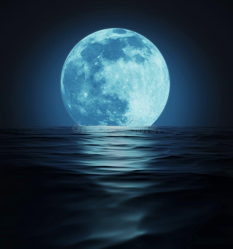 Μεγάλο μπλε φεγγάρι που απεικονίζεται στη σκοτεινή επιφάνεια νερού ελεύθερη απεικόνιση δικαιώματος