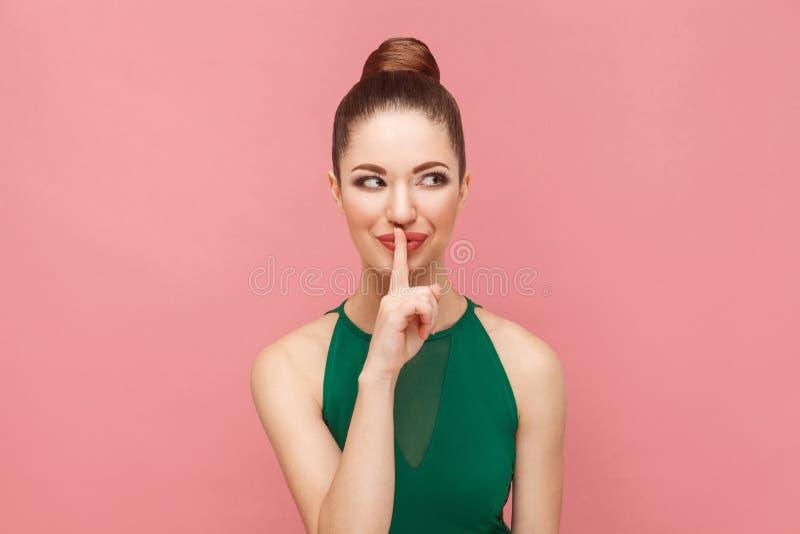 μεγάλο μυστικό Όμορφη γυναίκα λίγο χαμόγελο, μυστικό αφήγησης στοκ φωτογραφίες