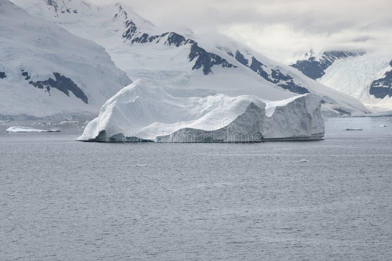 Μεγάλο παγόβουνο κοντά στην ακτή του κόλπου παραδείσου, ανταρκτικό Peni στοκ εικόνες
