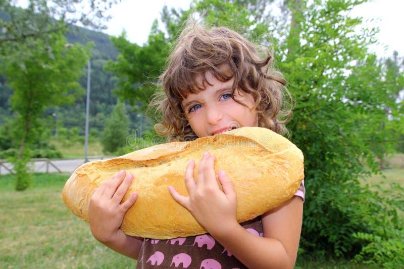 μεγάλο παιδί ψωμιού που τ&rho στοκ φωτογραφία με δικαίωμα ελεύθερης χρήσης