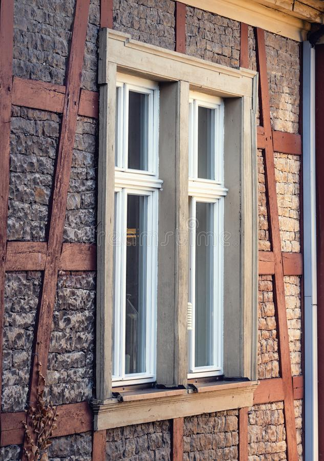Μεγάλο παράθυρο σε ένα παλαιό ιστορικό κτήριο προσόψεων ψαμμίτη στοκ φωτογραφία