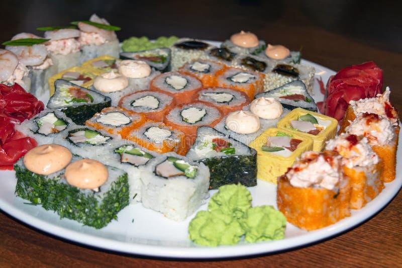 Μεγάλο πιάτο των διάφορων σουσιών με τα ψάρια, τα θαλασσινά, και το άσπρο ρύζι στοκ φωτογραφία με δικαίωμα ελεύθερης χρήσης