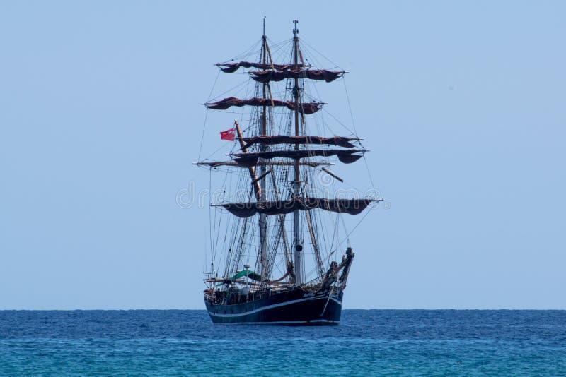 Μεγάλο πλέοντας σκάφος που πλέει με τη θάλασσα της Σικελίας στοκ εικόνα με δικαίωμα ελεύθερης χρήσης