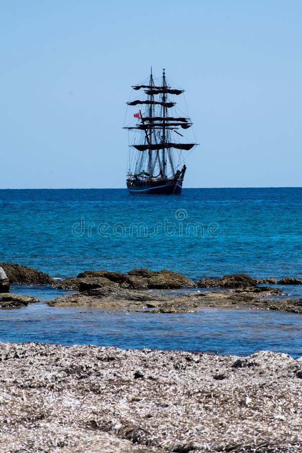 Μεγάλο πλέοντας σκάφος που πλέει με τη θάλασσα της Σικελίας στοκ φωτογραφία με δικαίωμα ελεύθερης χρήσης