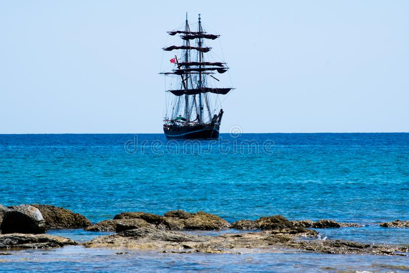 Μεγάλο πλέοντας σκάφος που πλέει με τη θάλασσα της Σικελίας στοκ φωτογραφίες με δικαίωμα ελεύθερης χρήσης