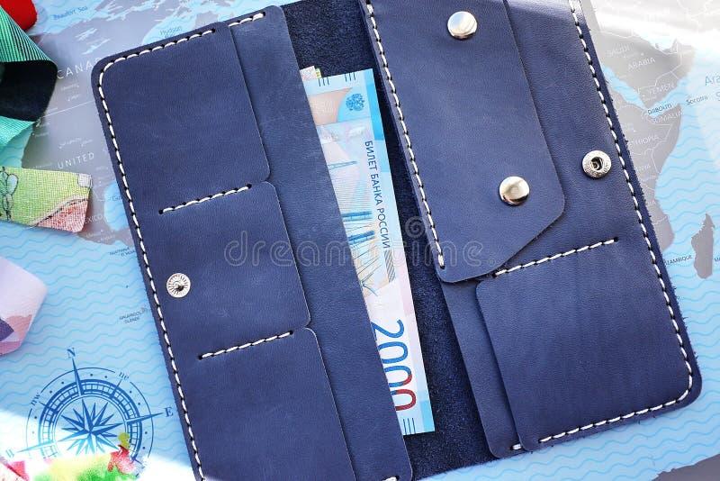 Μεγάλο πορτοφόλι Μπορεί να εγκαταστήσει όλες τα χρήματα, τα νομίσματα, στοκ φωτογραφίες