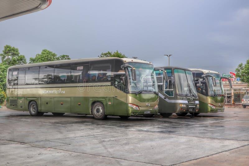 Μεγάλο πράσινο λεωφορείο, 3 αυτοκίνητα που σταθμεύουν στο αυτοκίνητο, στρατιωτική μεταφορά στοκ φωτογραφία