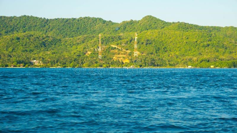 Μεγάλο πράσινο νησί με τον πύργο Ισλάμ μουσουλμανικών τεμενών στη απομονωμένη περιοχή απόστασης στο jawa karimun στοκ φωτογραφίες