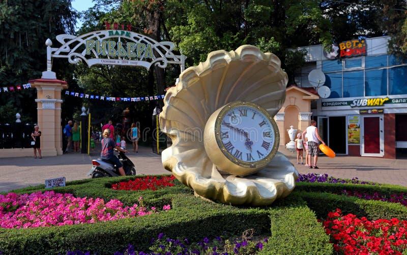Μεγάλο ρολόι μεταξύ του χορτοτάπητα με τα λουλούδια στο παλαιό πάρκο Riviera στοκ φωτογραφία με δικαίωμα ελεύθερης χρήσης