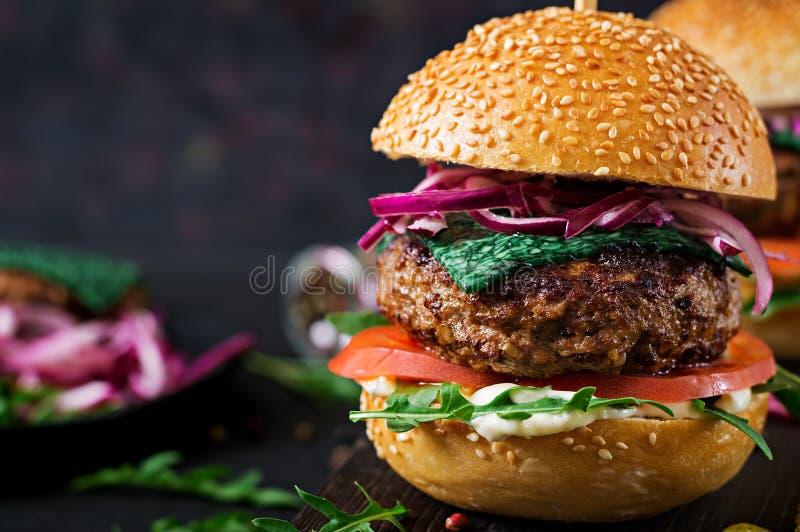 Μεγάλο σάντουιτς - burger χάμπουργκερ με το βόειο κρέας στοκ εικόνες με δικαίωμα ελεύθερης χρήσης