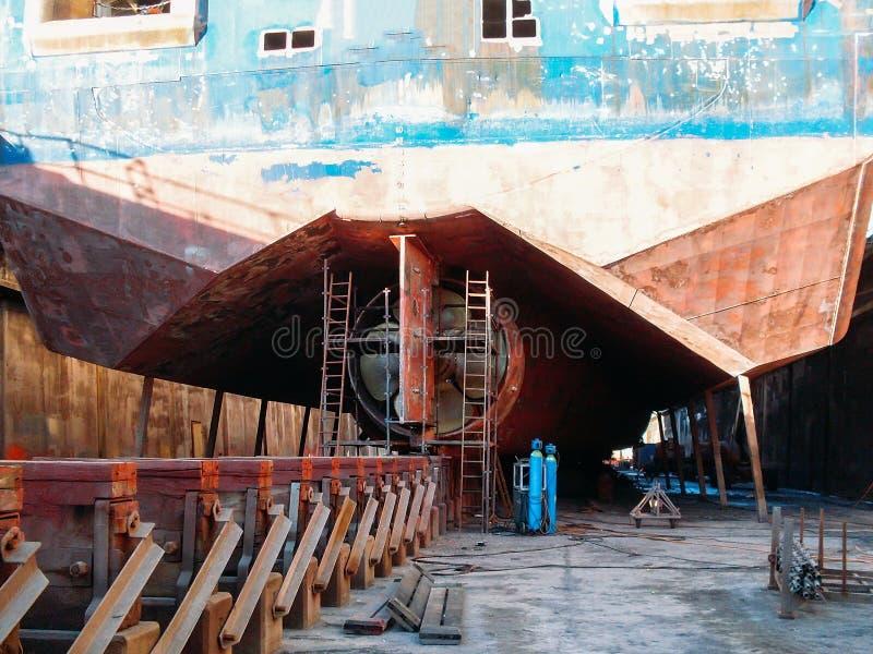 Μεγάλο σεισμικός ή φορτηγό πλοίο στην αποβάθρα στο λιμάνι για την επισκευή και τη συντήρηση, βιομηχανική ναυτική βάρκα σκαφών στο στοκ φωτογραφία με δικαίωμα ελεύθερης χρήσης