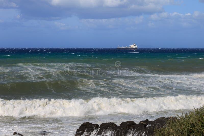 Μεγάλο σκάφος εμπορευματοκιβωτίων κοντά στην ακτή στη θυελλώδη ημέρα: Θυελλώδης καιρός στοκ εικόνες