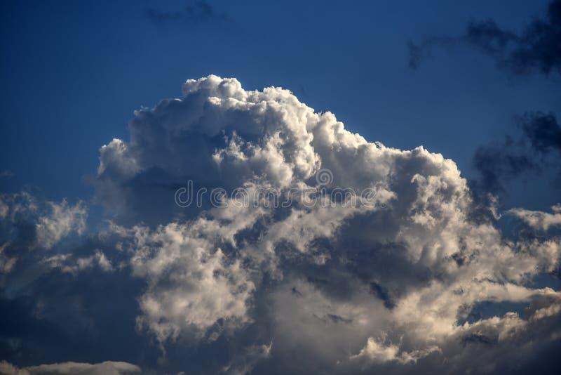 Μεγάλο σύννεφο, σωρείτης στο υπόβαθρο μπλε ουρανού στην ηλιόλουστη ημέρα στοκ φωτογραφίες