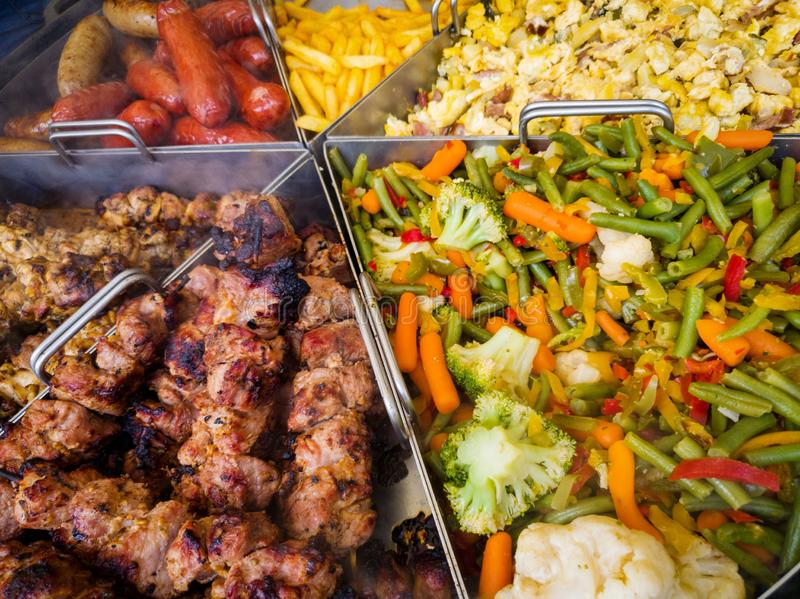 Μεγάλο τηγάνι με την ποικιλία των τροφίμων στο υπαίθριο φεστιβάλ στοκ φωτογραφία με δικαίωμα ελεύθερης χρήσης