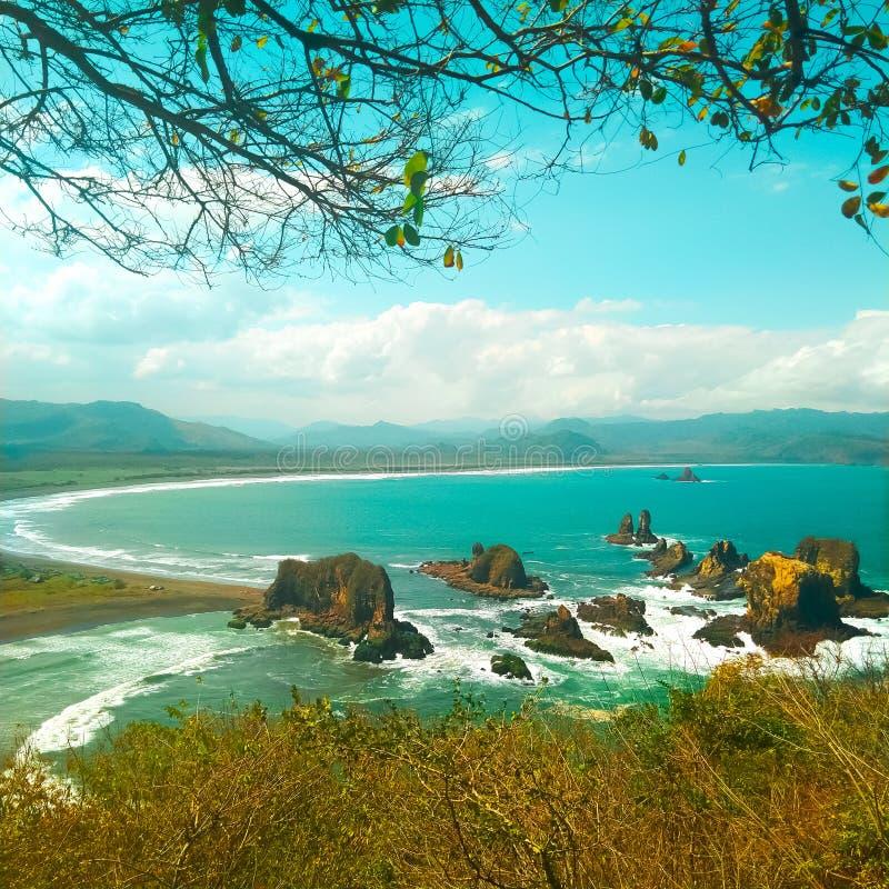 Μεγάλο τοπίο με φωτεινό ουρανό και όμορφα παράκτια στοκ εικόνες με δικαίωμα ελεύθερης χρήσης
