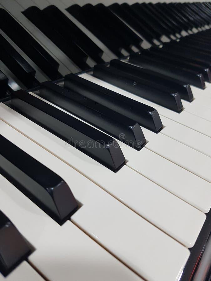 Μεγάλο υπόβαθρο αφισών κινηματογραφήσεων σε πρώτο πλάνο κλειδιών πιάνων συναυλίας στοκ εικόνες