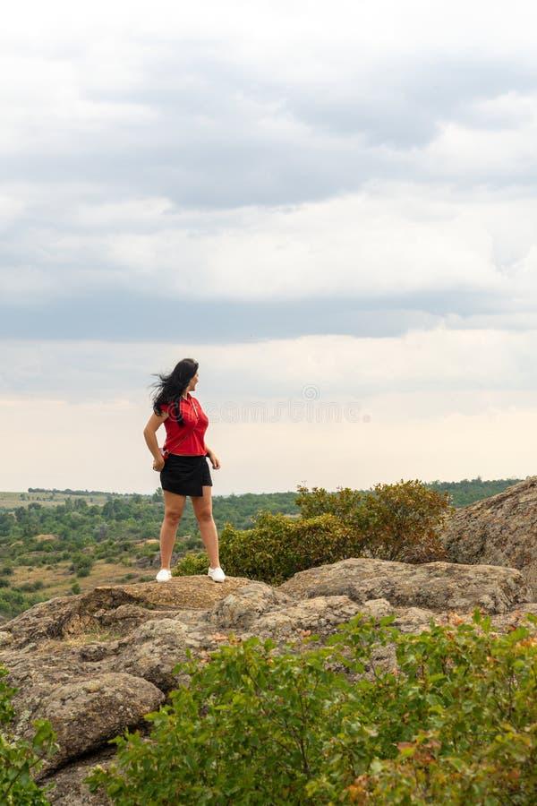 Μεγάλο φαράγγι γρανίτη Χωριό Aktove r Όμορφο τοπίο πετρών Γυναίκα 35 χρονών τουρίστας brunette στο φαράγγι στοκ φωτογραφίες με δικαίωμα ελεύθερης χρήσης