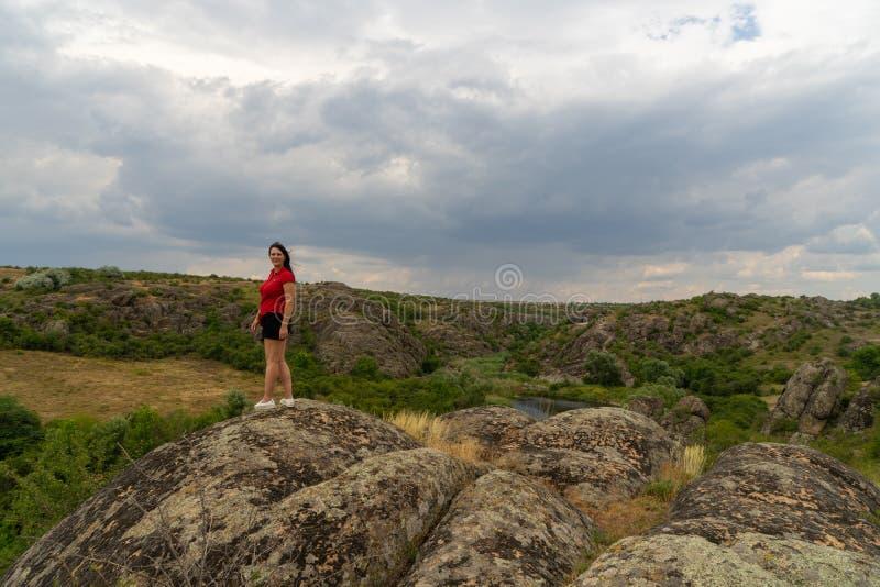 Μεγάλο φαράγγι γρανίτη Χωριό Aktove r Όμορφο τοπίο πετρών Γυναίκα 35 χρονών τουρίστας brunette στο φαράγγι στοκ φωτογραφία με δικαίωμα ελεύθερης χρήσης