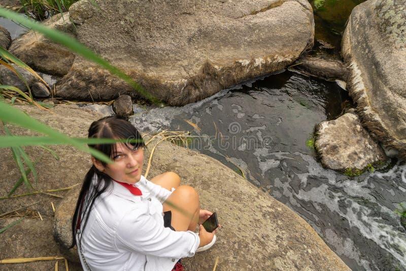 Μεγάλο φαράγγι γρανίτη Χωριό Aktove r Όμορφο τοπίο πετρών Γυναίκα 35 χρονών τουρίστας brunette στο φαράγγι στοκ εικόνα