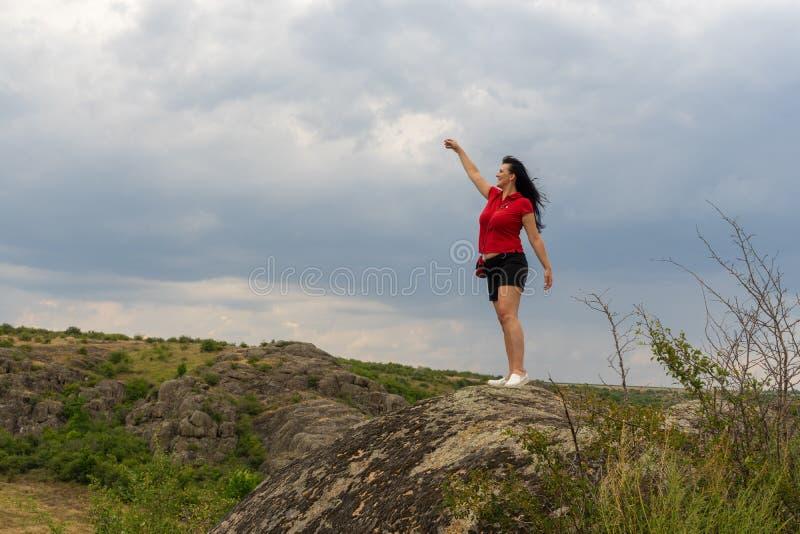 Μεγάλο φαράγγι γρανίτη Χωριό Aktove r Όμορφο τοπίο πετρών Γυναίκα 35 χρονών τουρίστας brunette στο φαράγγι στοκ εικόνες με δικαίωμα ελεύθερης χρήσης