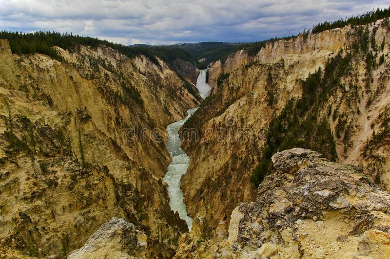 Μεγάλο φαράγγι του Yellowstone και χαμηλότερα των πτώσεων, εθνικό πάρκο Yellowstone, ΗΠΑ στοκ εικόνα