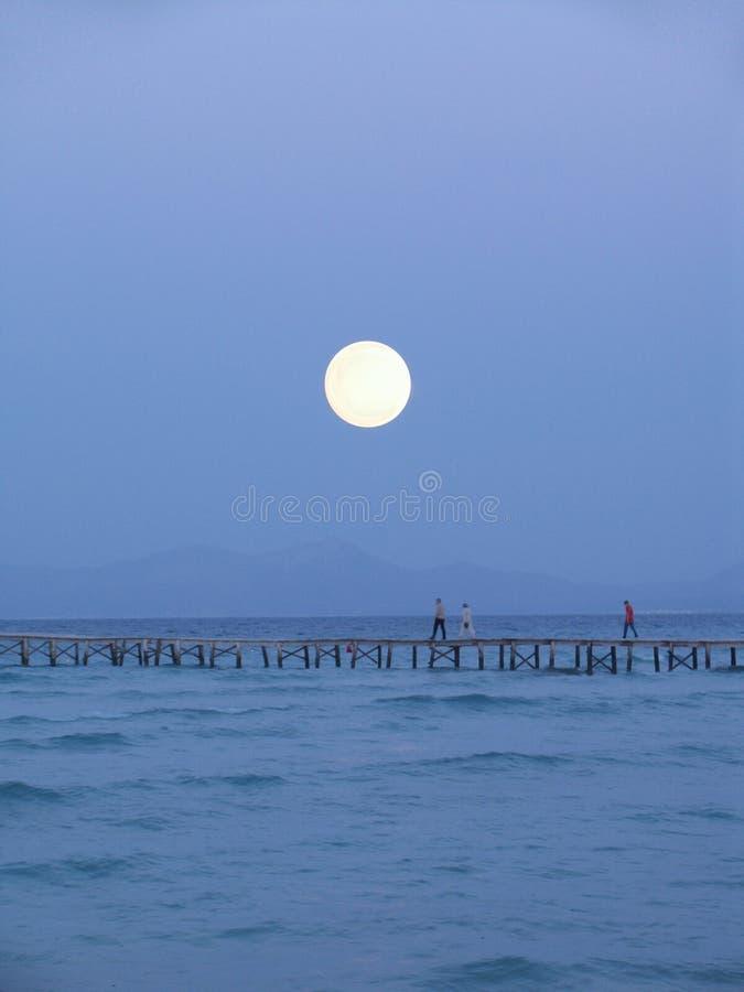 μεγάλο φεγγάρι πέρα από την αποβάθρα στοκ φωτογραφία