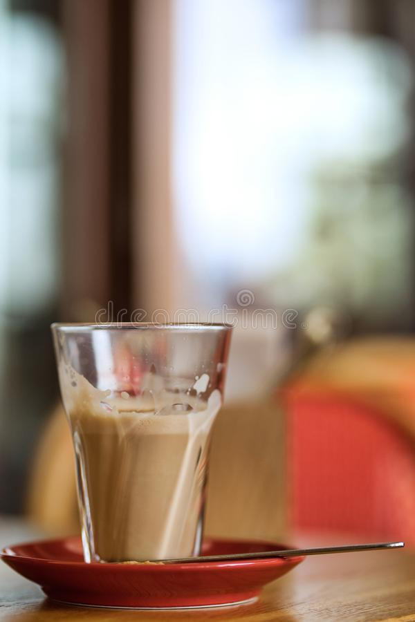 Μεγάλο φλιτζάνι του καφέ latte σε έναν πίνακα στοκ φωτογραφίες