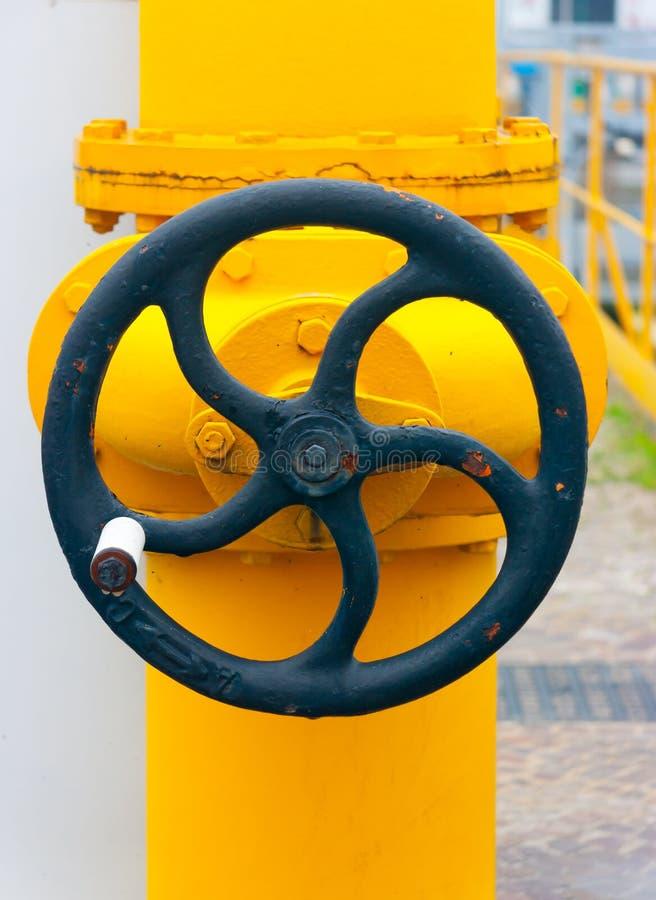 Μεγάλο χειρωνακτικό handwheel σε μια βαλβίδα στοκ εικόνα