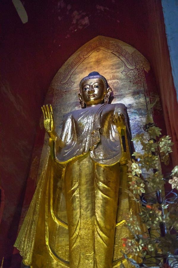 Μεγάλο χρυσό άγαλμα του Βούδα στο ναό, το bagan-Μιανμάρ στοκ φωτογραφίες