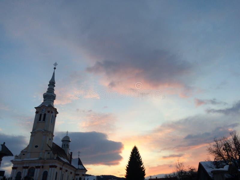 Μεγάλο χρώμα ήλιων πέρα από την εκκλησία στοκ εικόνα με δικαίωμα ελεύθερης χρήσης