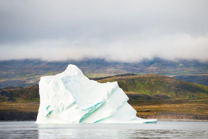Μεγάλο όμορφο παγόβουνο που επιπλέει στη δυτική Γροιλανδία στοκ φωτογραφία με δικαίωμα ελεύθερης χρήσης