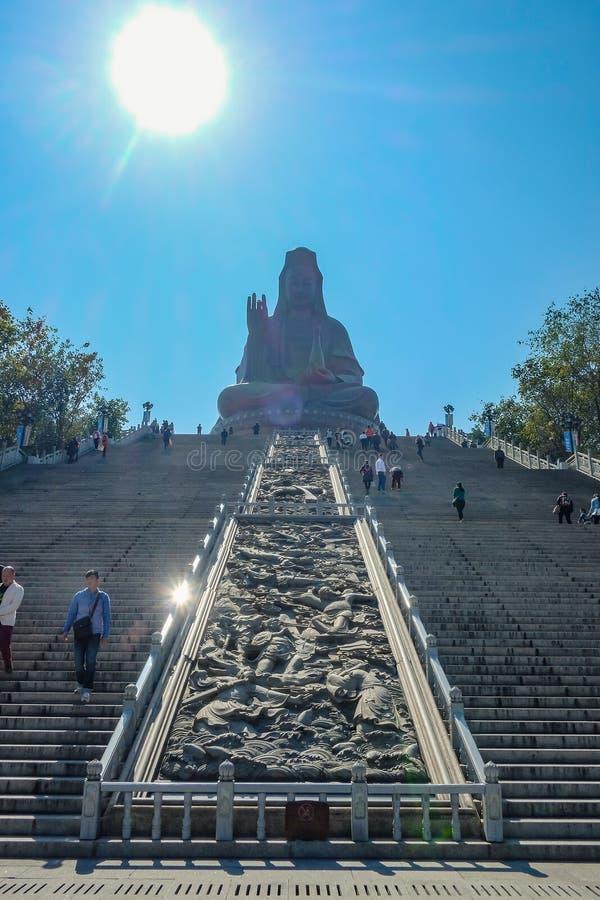 """Μεγάλο Guanyin Βούδας ή άγαλμα """"θεών του ελέους """"πάνω από το βουνό Xiqiao Πόλη Κίνα Foshan στοκ εικόνες"""