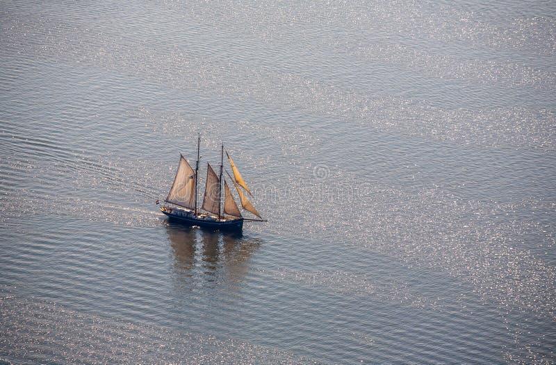 Μεγάλο sailboat πηγαίνει στη θάλασσα κάτω από το πανί επάνω από την όψη στοκ φωτογραφίες