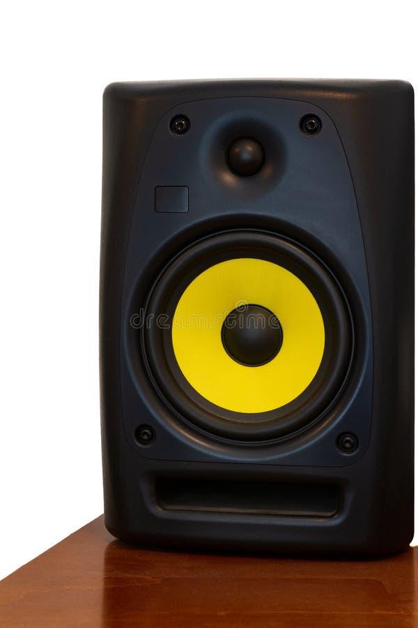 Μεγάφωνο υψηλής ποιότητας σε ξύλινα ράφια για ηχοσύστημα και στούντιο ηχογράφησης στοκ φωτογραφία