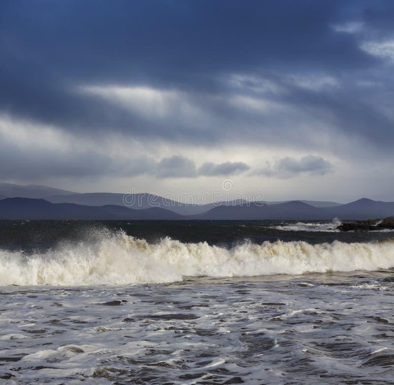 Μεγάλα ατλαντικά κύματα κατά τη διάρκεια ενός θυελλώδους καιρού στη ιρλανδική αγελάδα κομητειών, Ιρλανδία στοκ φωτογραφία